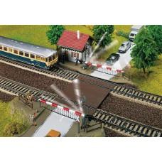 Faller 120174 Bahnübergang mit Schrankenwärterhaus