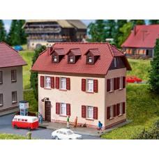 Faller 232328 Zweistöckiges Wohnhaus mit Fensterläden