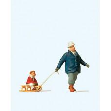 Preiser 28078 Mann mit Kind auf Schlitten